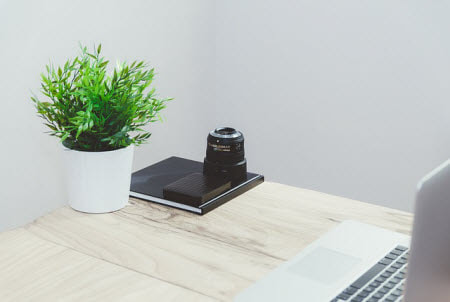 Choose Minimalist Desk Decor